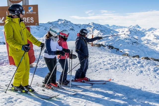 Groupe d'amis sur les skis aux Menuires