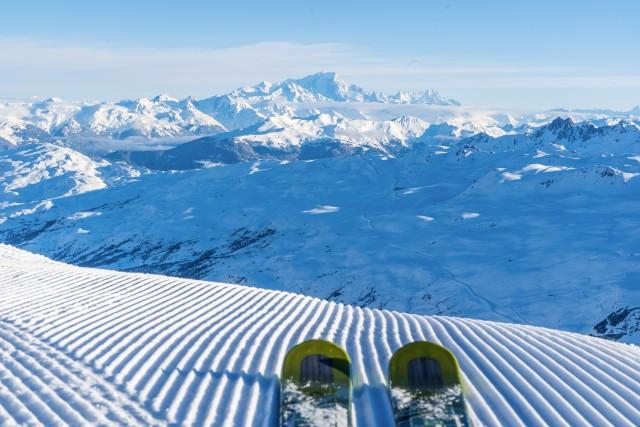 Neige fraiche et plaisir du ski dans les 3 Vallées face au Mont-Blanc