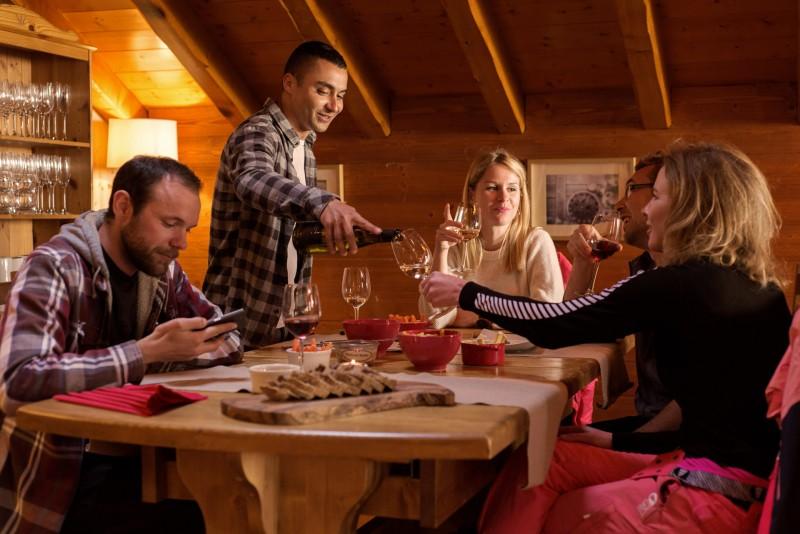 Repas de fête entre amis aux Menuires